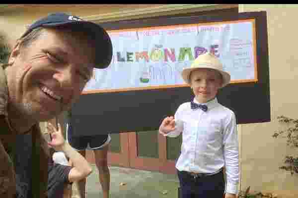 这位潇洒的年轻企业家刚刚教迈克罗如何谈判